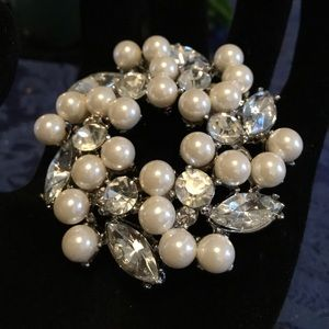 Jewelry - Lovely Vintage Pearl and Rhinestone Wreath Brooch
